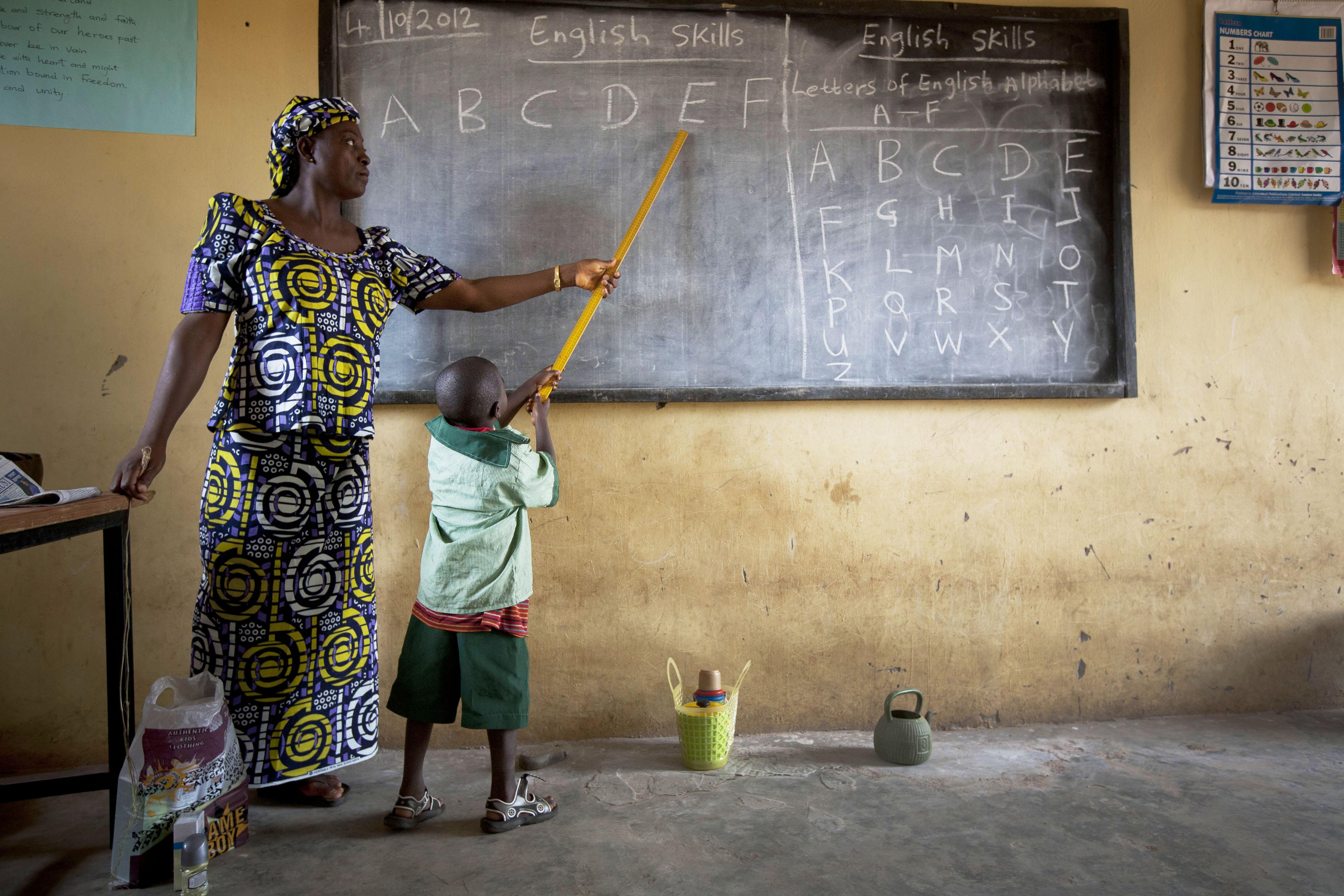 113144scr_Nigeria_Boord_Boy_teacher_LARGE Pentingnya Blog Pendidikan Indonesia