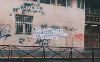 Graffiti in French about students, Covid-19 and suicide